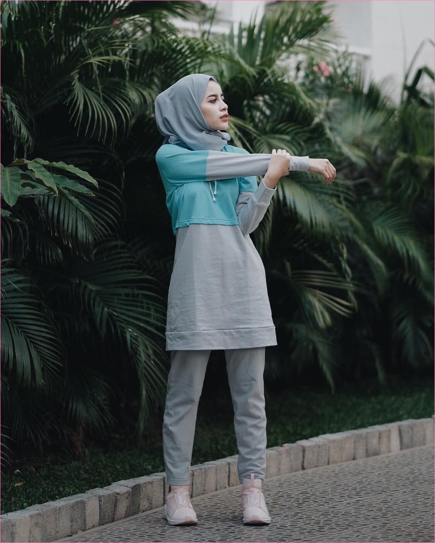 Outfit Baju Hijab Casual Untuk Olahraga Ala Selebgram 2018 baju olahraga jaket sweater biru muda pastel sneakers kets sepatu olahraga baby pink celana bahan abu tua hijab pashmina polos abu muda kaos kaki gaya casual kain katun rayon ootd outfit jogging 2018 pohon daun hijau batu