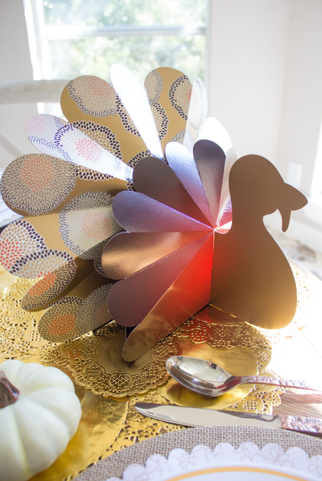 How cute are these paper turkey decorations for your Thanksgiving table?