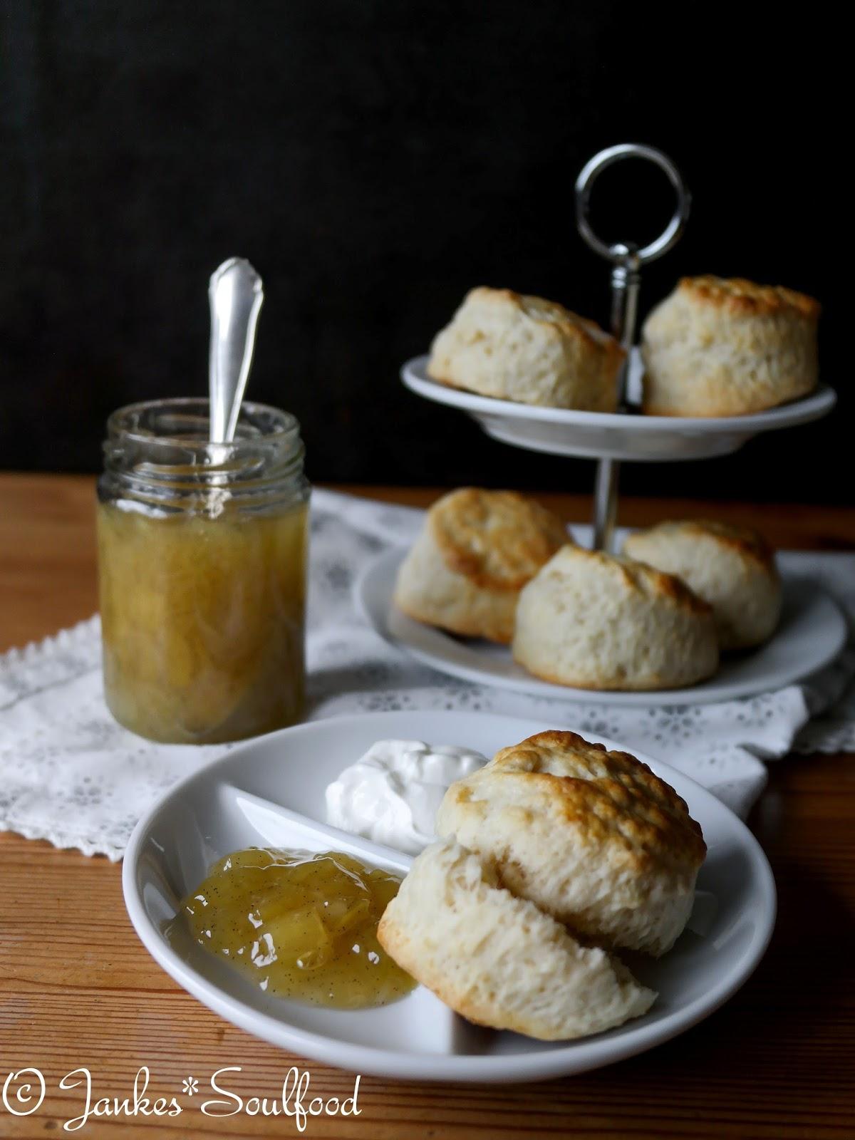 Scones mit Rhabarber-Marmelade