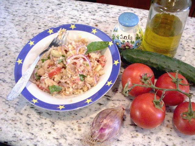 Panzanella o panmolle, una receta italiana que aprovecha los restos de la comida de los días anteriores para preparar una ensalada