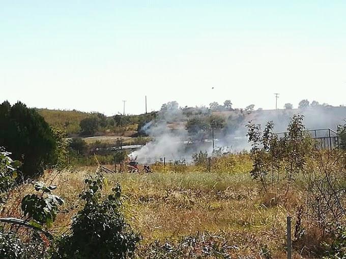 Πυρκαγιά σε απόσταση αναπνοής από τη Μάνδρα - Συναγερμός στην Πυροσβεστική