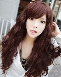 Rambut panjang bergelombang bikin kamu makin elegan