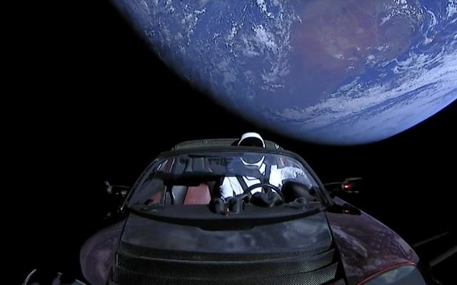 مدهش .. شاهد بالفيديو أول سيارة Tesla تسبح وتطير في الفضاء
