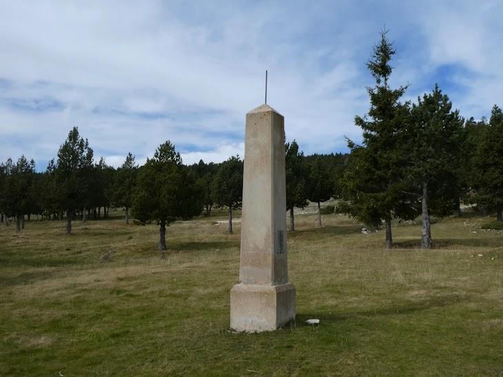 Monumento junto el Refugi de la Bòfia
