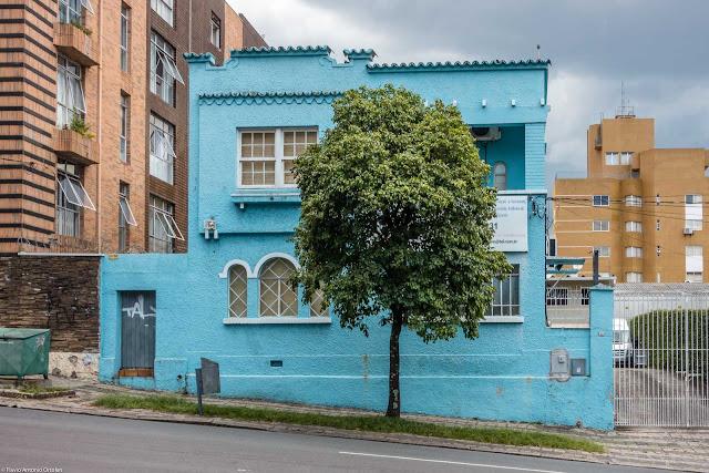 Casa na Rua Nilo Cairo, 450 pintada de azul e com janelas todas diferentes