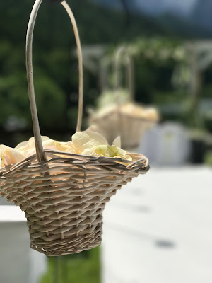 Streukörbchen Sommerhochzeit in den Bergen von Garmisch-Partenkirchen, Riessersee Hotel ihr Hochzeitshotel in Bayern, Apfelgrün und Weiß, Hochzeitsplanerin Uschi Glas