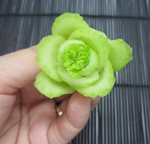 Cách tỉa hoa trang trí món ăn từ rau củ 6