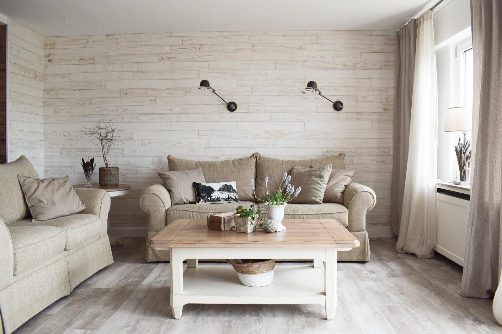 Wohnzimmer Dekoidee Wandverkleidung Holz Wandwood Deko Einrichtung Holzwand Renovierung renovieren DIY Selbermachen einrichten Vorhang Vorhänge Wandlampe