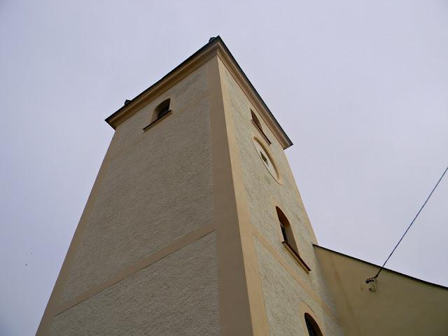 wysoka, murowana budowla, z oknami i tarasem widokowym