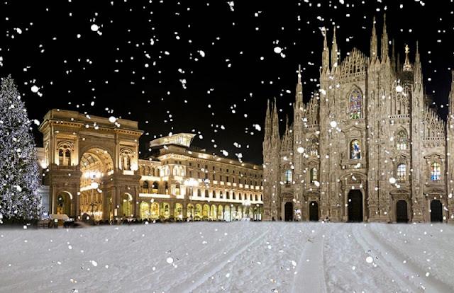 Neve caindo na Piazza del Duomo em Milão