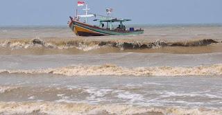 cuaca buruk membuat nelayan batal melaut