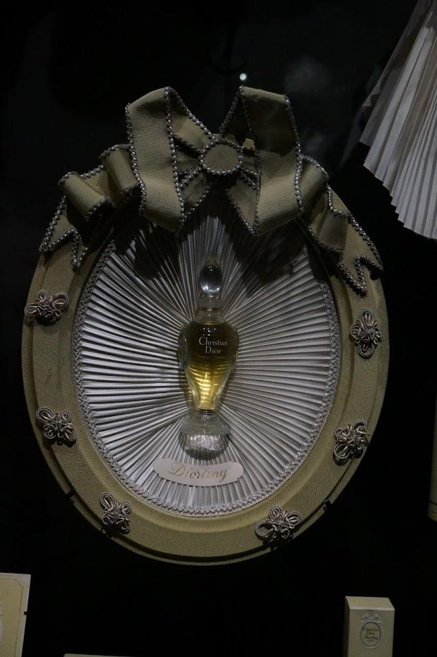 medaillon plissé en satin parfum Diorling 1963 Christian Dior