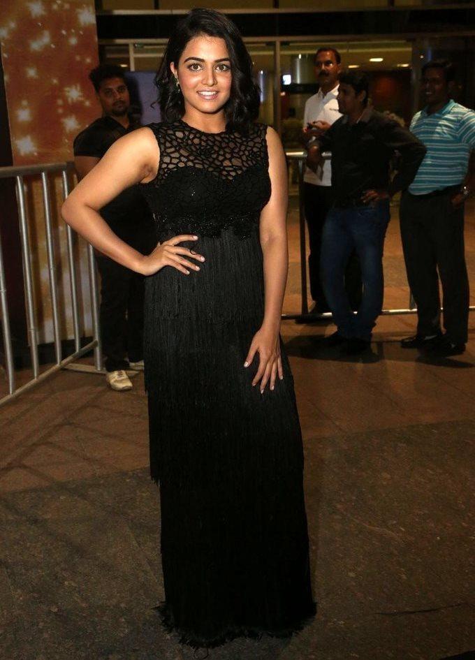Wamiqa Gabbi In Black Dress At Jio Filmfare South Awards 2017