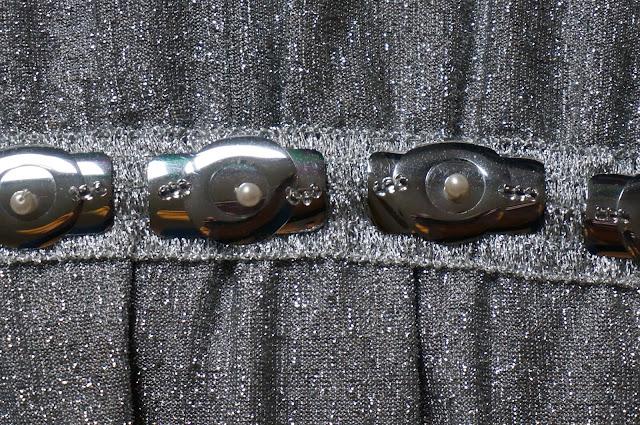 une robe Pierre Neuville , Prêt à porter de luxe en tissu métalisé argenté  60s space age silvered metallic dress 1960s 1970s