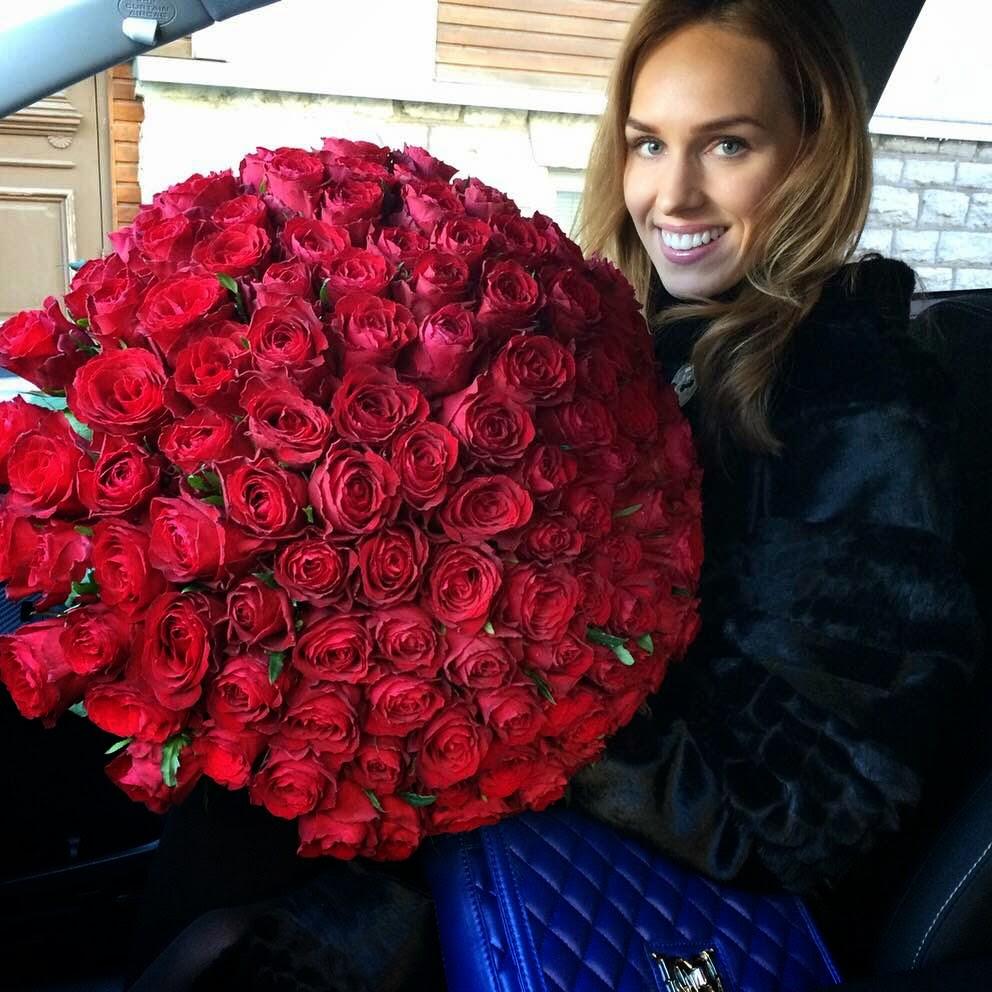 120-red-birthday-roses-black-fur-coat-girl-woman-car