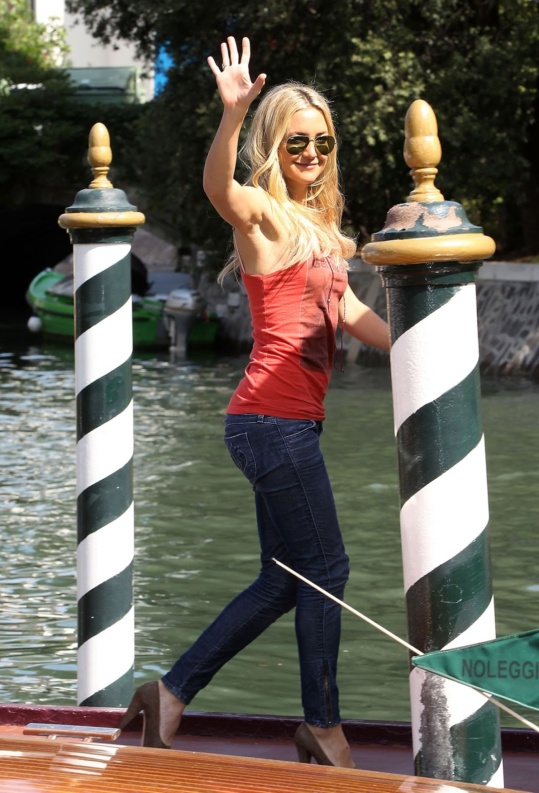 HQ Photos of Kate Hudson with Hot Sunglasses At The Reluctant Fundamentalist Photocall In Venice
