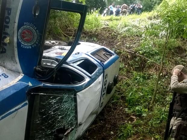 Viatura caiu em ribanceira na BR-101, na Bahia (Foto: Divulgação/Polícia Militar)