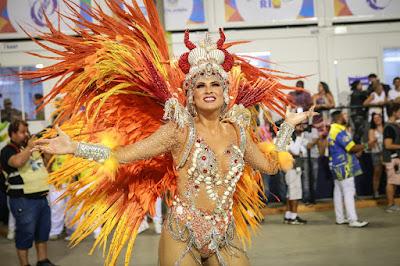 Lívia Andrade é a nova rainha de bateria da Paraíso do Tuituti — Foto: Rodrigo Gorosito/G1