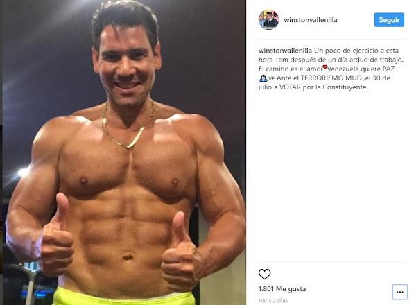 Winston Vallenilla muestra los músculos pero se olvida de quitarse el Oro