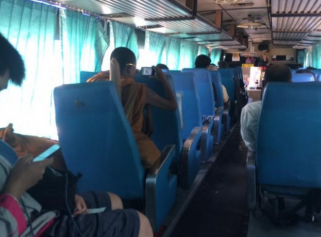 Astaga, Biksu Ini Cuek Nonton Film Dewasa Dalam Bus Tanpa Headset