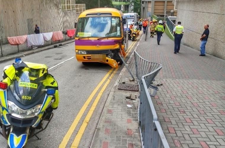 Bus Sekolah Di Yau Tong Tabrak Pagar Jalan,7 Siswa dan Pengasuh Terluka