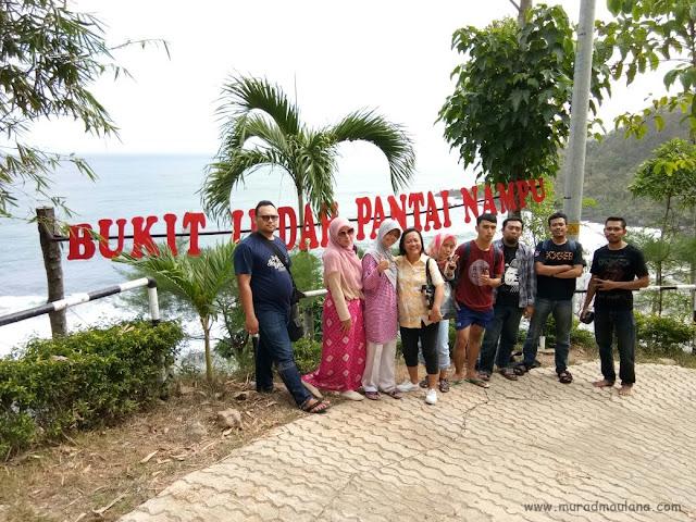Bersama Teman-Teman MIP UGM di Bukit Indah Pantai Nampu
