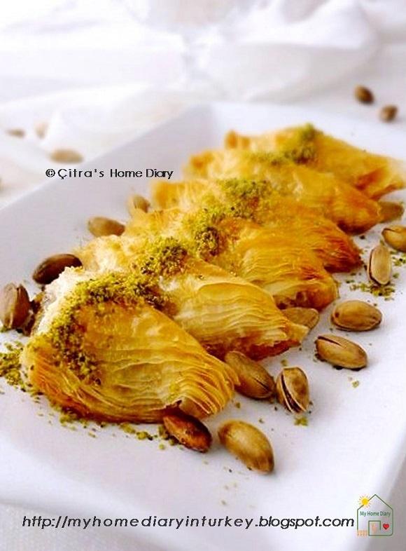 Şöbiyet Tatlısı / Turkish Sobiyet Baklava Recipe. #Turkishfood #baklava #sweets #phyllo #sobiyetbaklava #baklavarecipe #resepbaklava #turkishdessert #turkishsweet #baklavafoodphotography