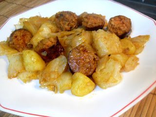 Vista de col con patatas y chorizo en plato