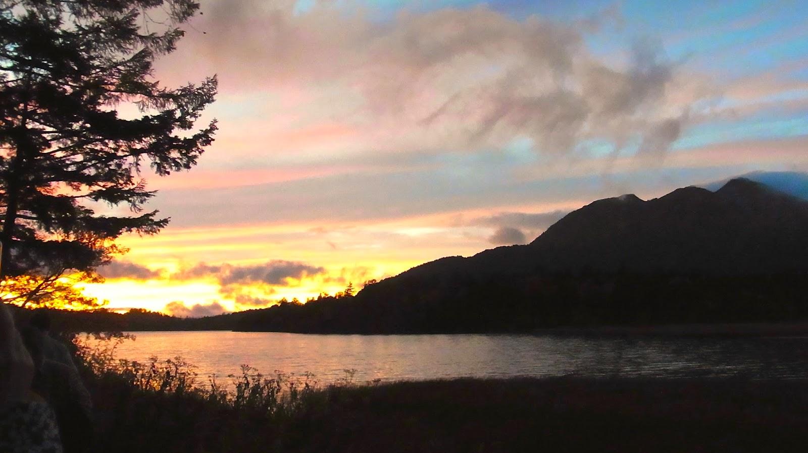燃える尾瀬沼湖面と燧ヶ岳