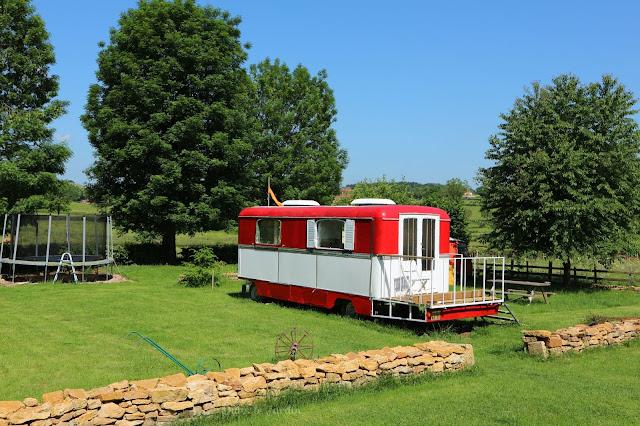 vakantie vieren in frankirijk, kindvriendelijke camping met grote plaatsen, mini camping, familie camping, pipowagen camping, unieke camping, gezellige camping in frankrijk