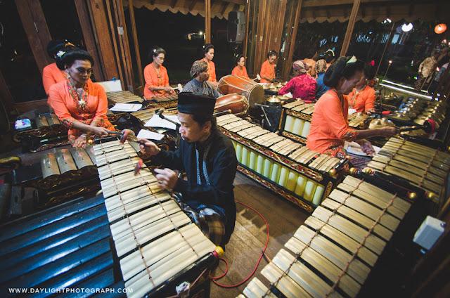 pemain gamelan di pendopo kecil dalam pernikahan tradisional jawa