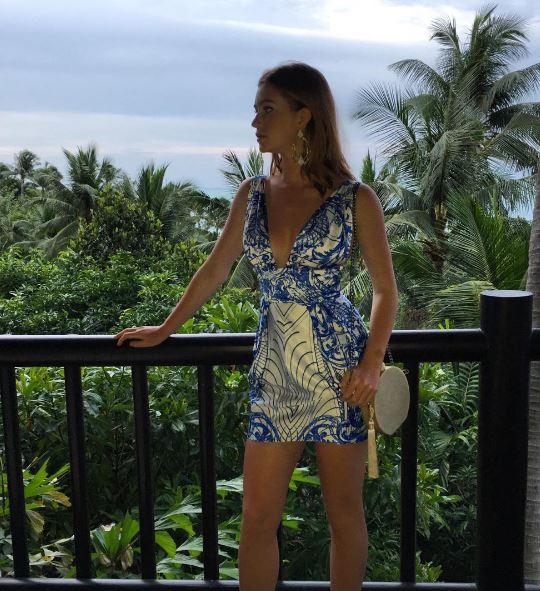 Marina Ruy Barbosa na Tailândia, vestido estampado azul
