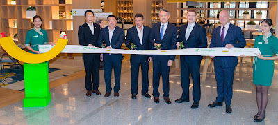 Source: Holiday Inn. The ribbon-cutting ceremony on 23 April 2018 was attended by (from left): Khun Kirati Saingam, GM, Holiday Inn Bangkok, Clarence Tan, MD, South East Asia and Korea, InterContinental Hotels Group, Khun Vikorn Srivikorn, Vice Chairman, President Hotels & Tower Company, Dr Chatchawin Charoen-Rajapark, MD, President Hotels & Tower Company, Kenneth Macpherson, CEO, Europe, Middle East, Africa and Asia, and Thomas Schmelter, Director of Operations IHG Thailand & IndoChina.