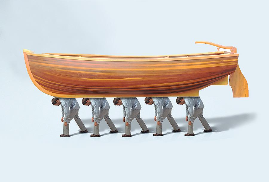 Πέντε ηλίθιοι περπατούν στην πόλη κουβαλώντας στο κεφάλι μια βαριά, ξύλινη βάρκα.