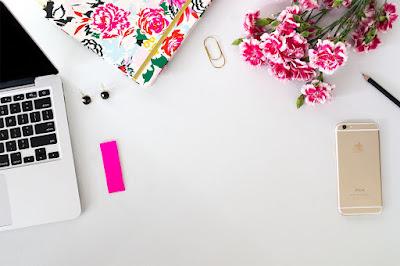 wpis, post, seo, blogowanie, webwriting, biel, róż, biurko
