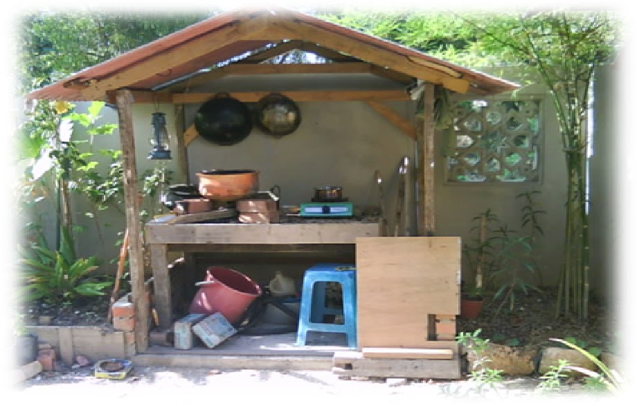 Dapur Kayu Di Luar Rumah
