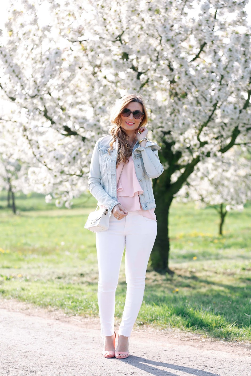 blogger-style-weiße-jeans-rosa-sandalen-blogger-sommerlook