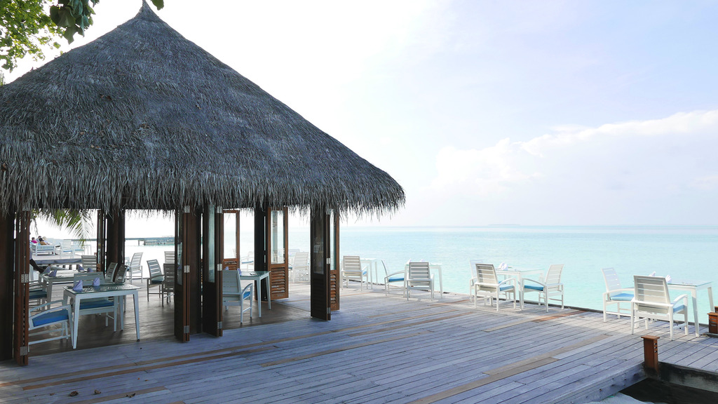 Euriental | fashion & luxury travel | Conrad Rangali, Maldives, Vilu restaurant happy hour