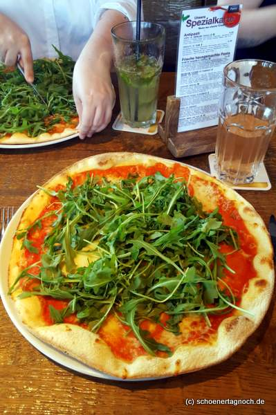 Pizza mit Rucola und Mozzarella im Purino in Karlsruhe