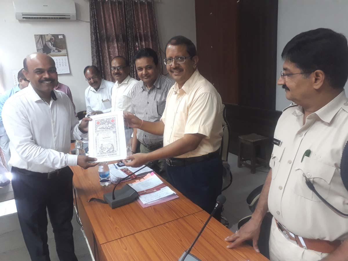 Jhabua News- रेडक्रॉस सदस्यो को कलेक्टर प्रबल सिपाहा नें सदस्यता प्रमाण पत्र वितरित किए