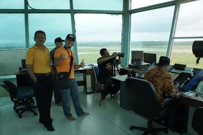 Koordinasi dengan Tower ATC sebelum pemotretan udara bandara