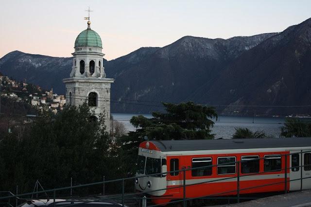 Trem na estação Lugano na Suíça