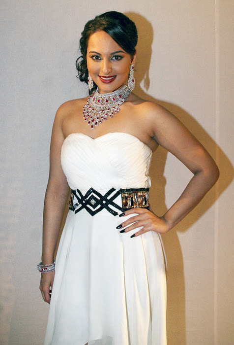 Sexy Actress Gallery Sonakshi Sinha Hot Boobs Ramp Walk Pics-2101