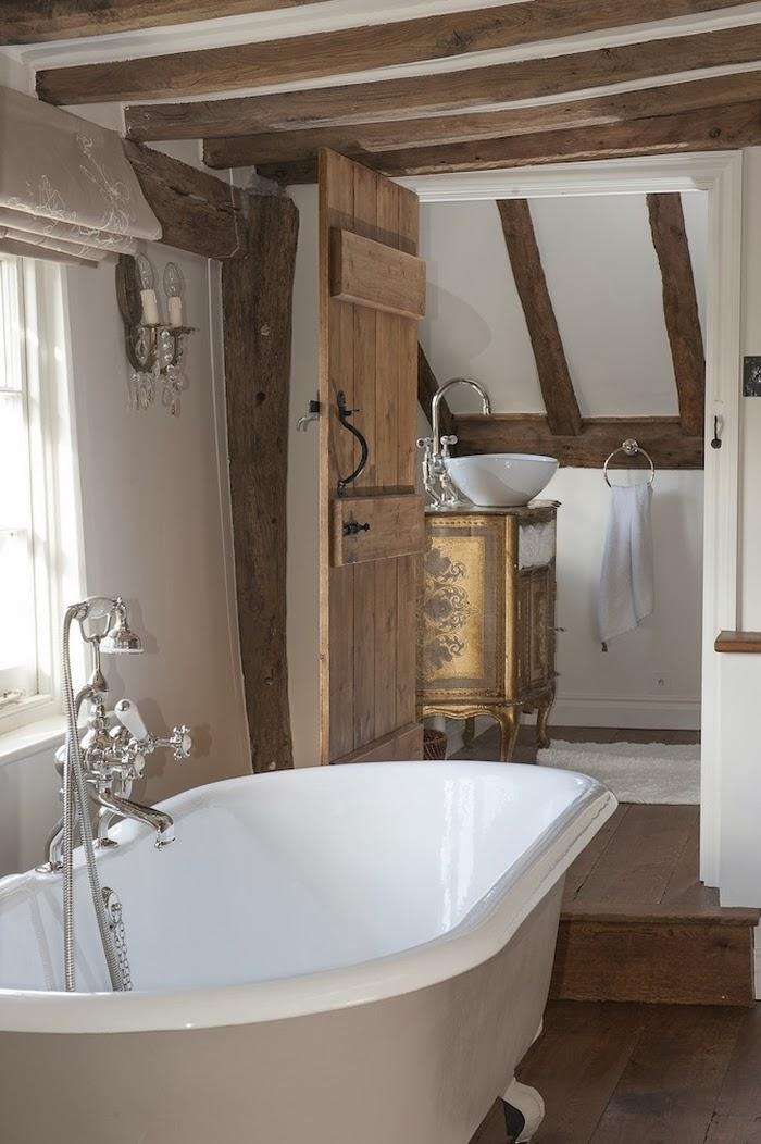 Stary, drewniany dom w Anglii, wystrój wnętrz, wnętrza, urządzanie domu, dekoracje wnętrz, aranżacja wnętrz, inspiracje wnętrz,interior design , dom i wnętrze, aranżacja mieszkania, modne wnętrza,styl francuski, styl klasyczny, styl rustykalny, stary dom, dom po remoncie, drewniane belki, łazienka