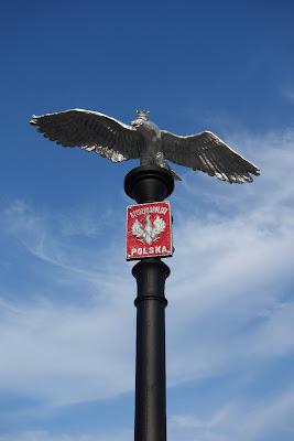 Pomnik Wolności w Sarzynie: orzeł zwycięski