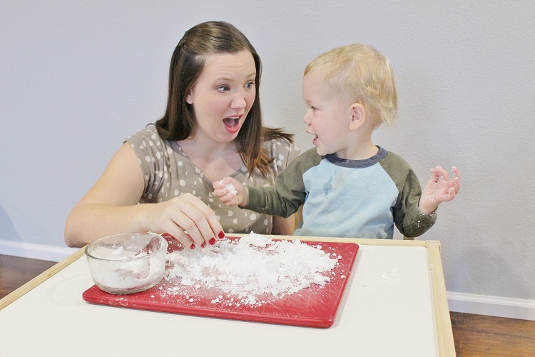 A great indoor activity in the winter for your toddler is homemade sensory snow. Only two ingredients and so easy! Try it for yourself!