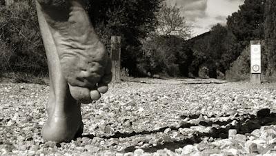 """Foto portada del libro """"La aventura de correr descalzo"""" de Emilio Sáez Soro"""