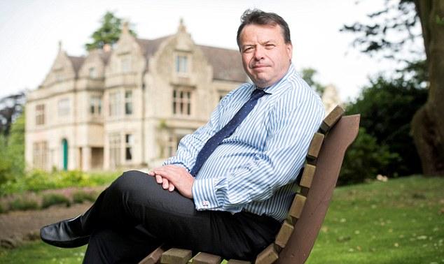 Banks-acuso-al-presidente-de-Tory-Damian Collins-de -coludir-con-periodistas