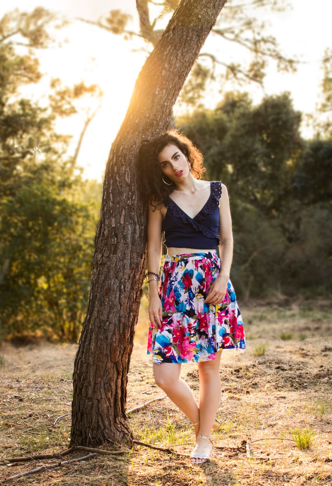 Crop top Lulus, jupe à fleurs vintage, sandales à talons.