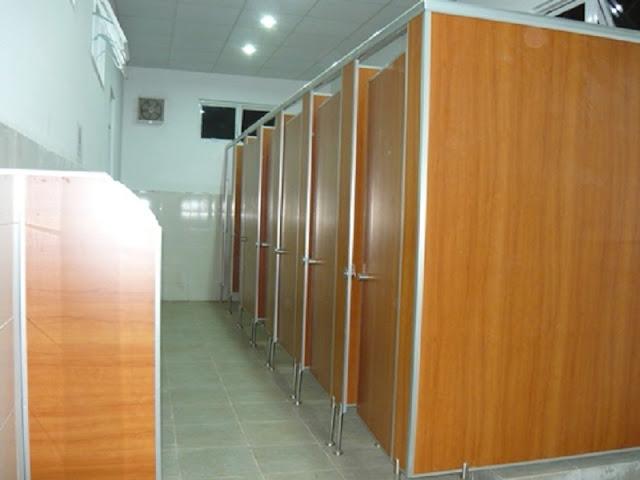 Vách ngăn vệ sinh này với sắc gỗ tự nhiên  mang đến cho không gian nhà vệ sinh sự chuyên nghiệp và ấn tượng